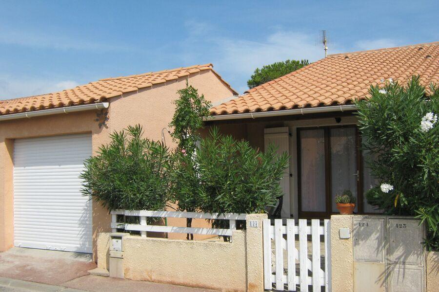 Eingang, Terrasse  vorne und Garage