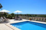 Pool mit Liegen und Sonnenschirme