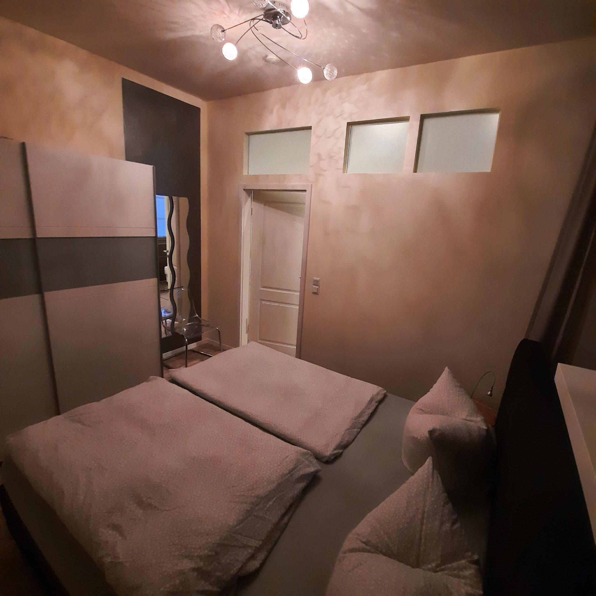 Schlafzimmermit großem Bett 180x200
