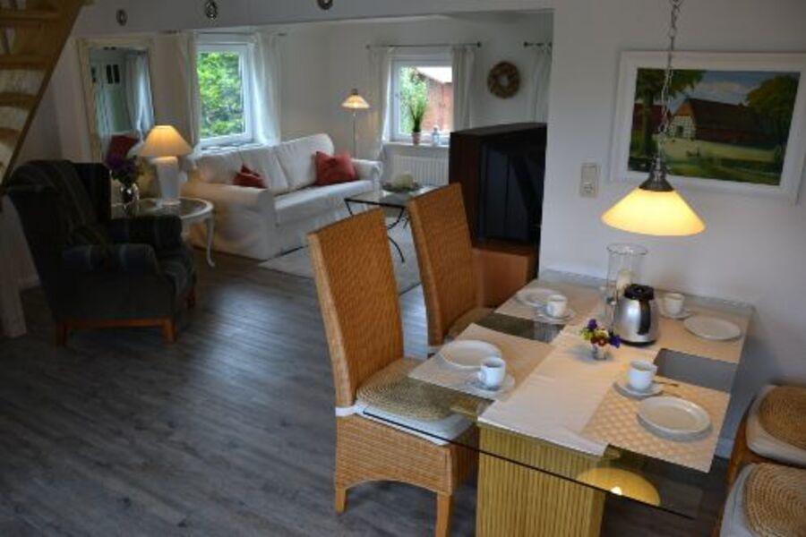 Essecke mit Blick auf das Wohnzimmer