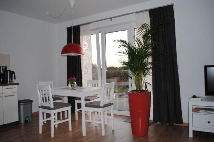Essecke im Wohnzimmer mit Terrasse
