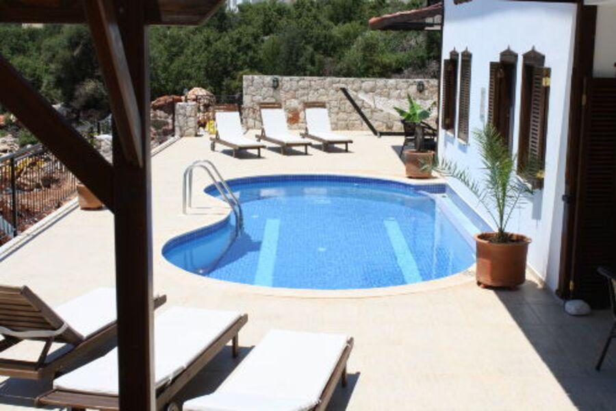 Blick auf Pool und Relaxbereich Kekova