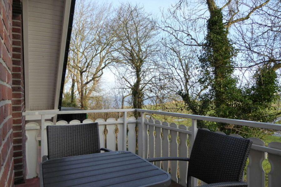 idyllischer Balkon mit seitl. Meerblick