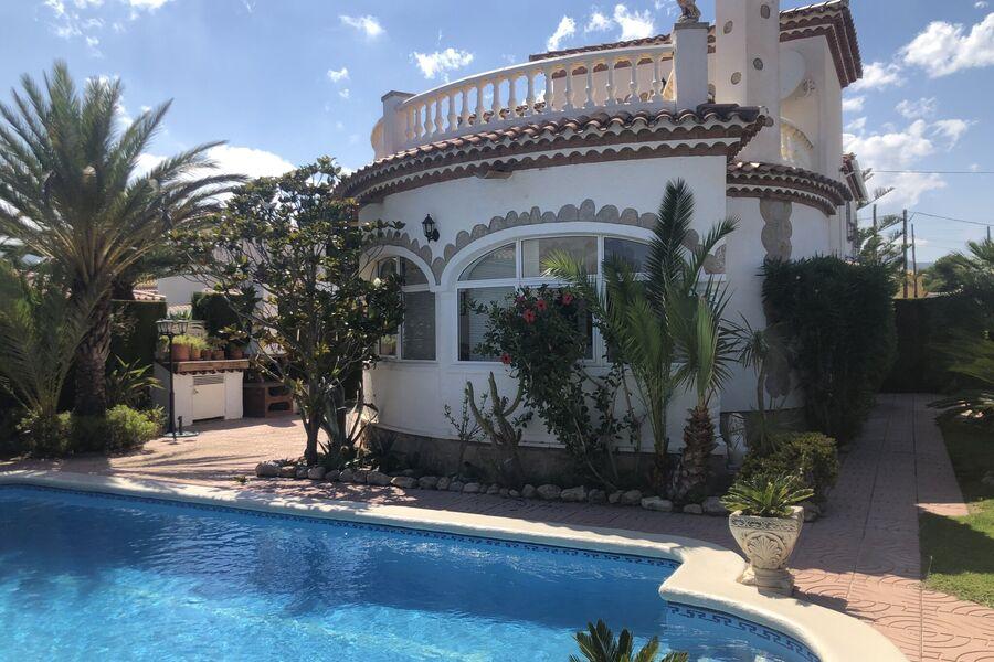 Haus mit Gartenansicht und Pool