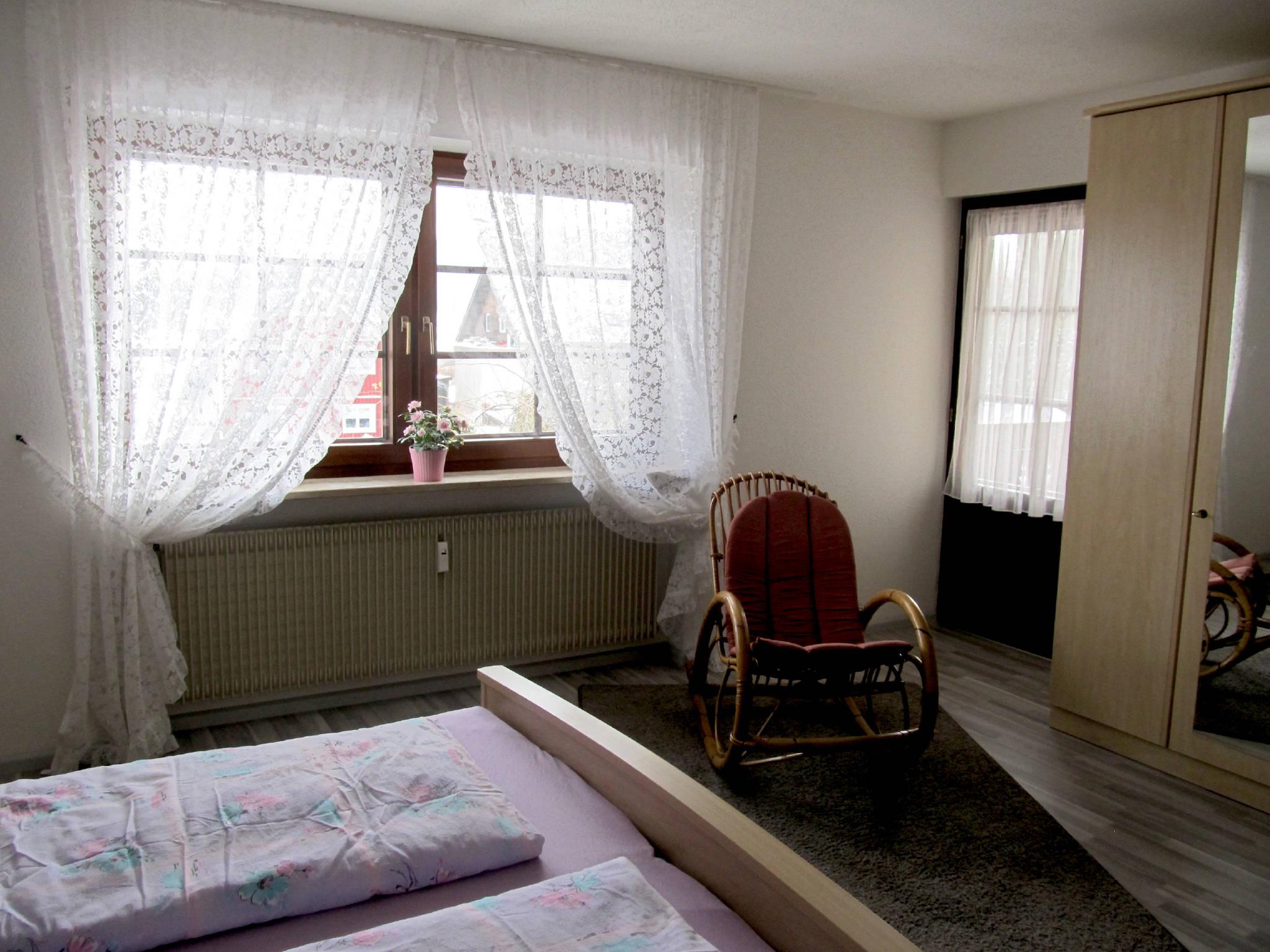 Schlafzimmer mit Schaukelstuhl