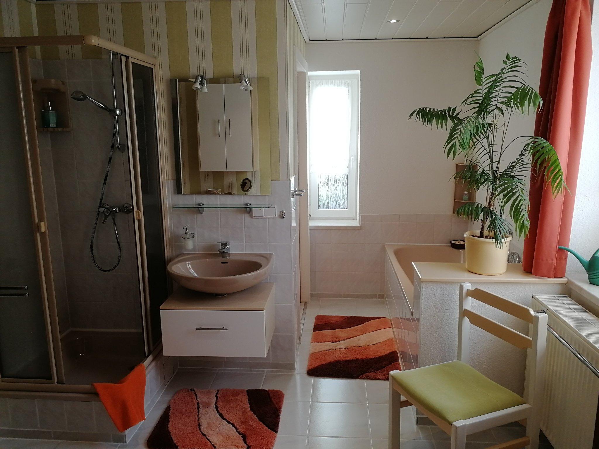 Bad mit Dusche und Wanne, Toilettenraum