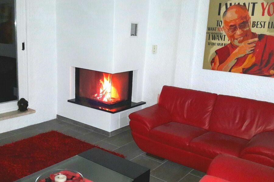 Schweizer Kaminofen im Wohnzimmer