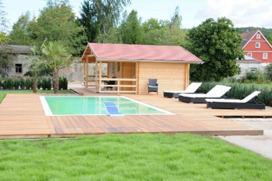 Pool mit Gartenhaus