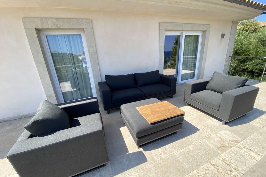 Wohnbereich zur überdachten Terrasse hin