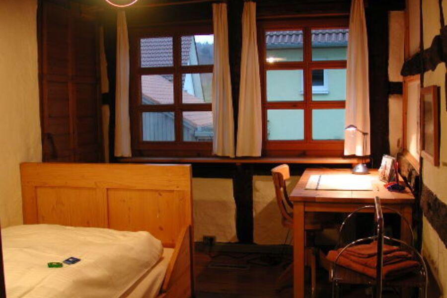 Schlafzimmer mit Arbeitstisch