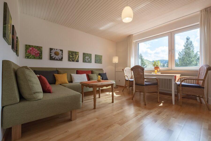 Wohnzimmer mit Blick ins Grüne