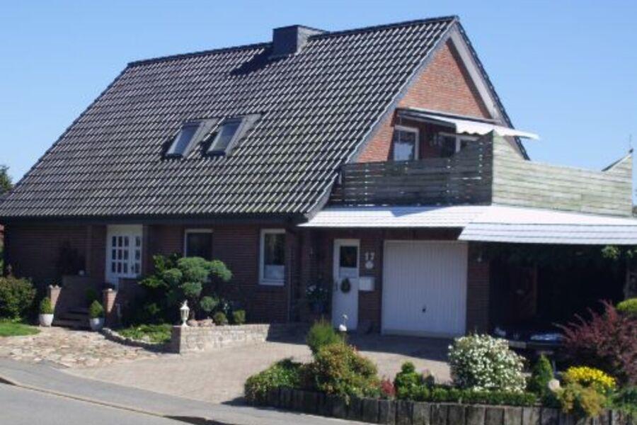 Vordere Hausansicht mit Dachterrasse