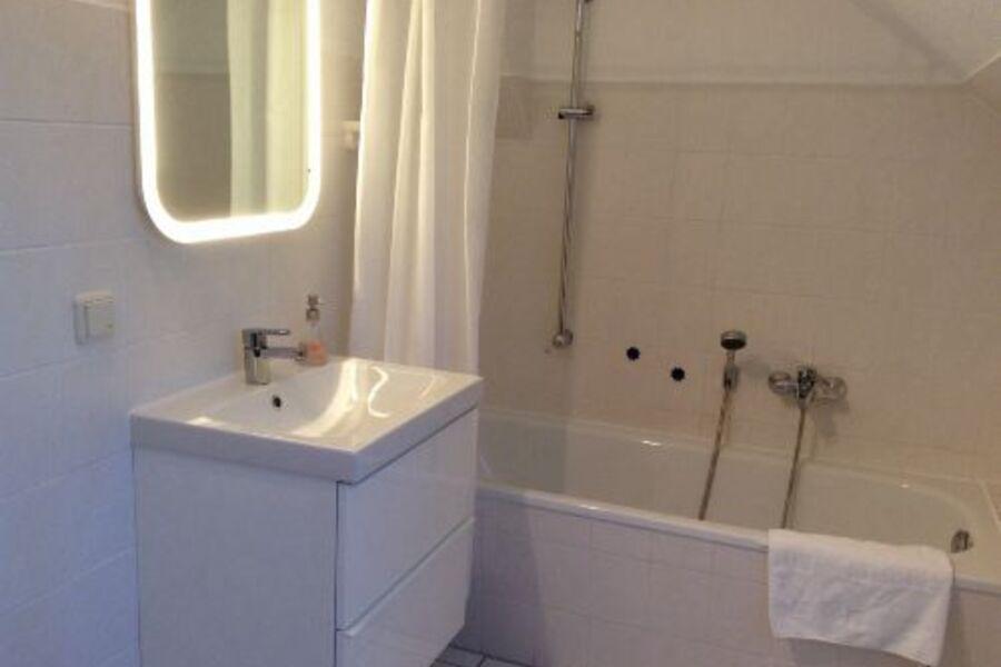 Bad mit kombinierter Dusche, Badewanne