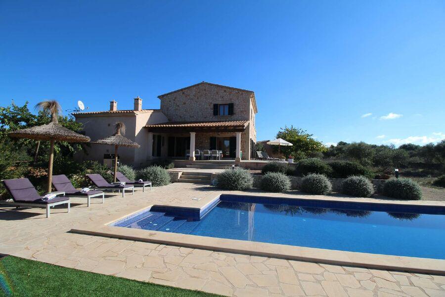Pool mit Sicht auf Haus & Terrasse