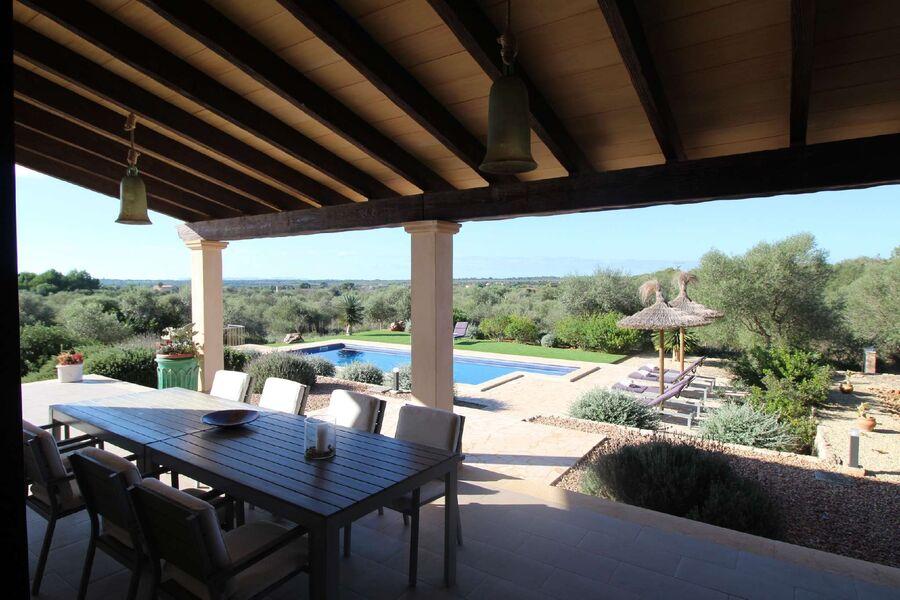 Terrasse mit Sicht auf den Pool