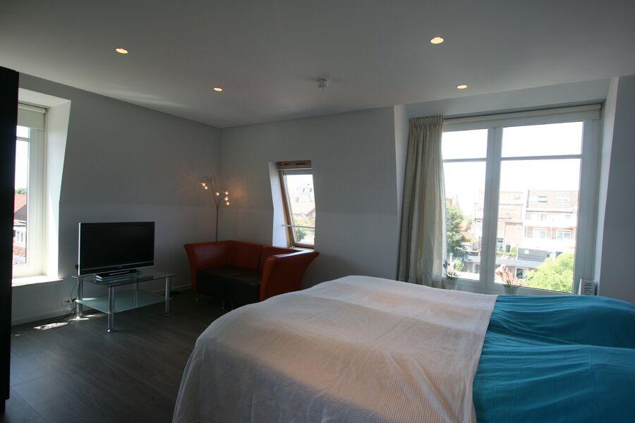 Große Schlafzimmer mit TV