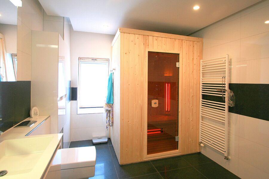Luxus Badezimmer mit Dusche und Sauna