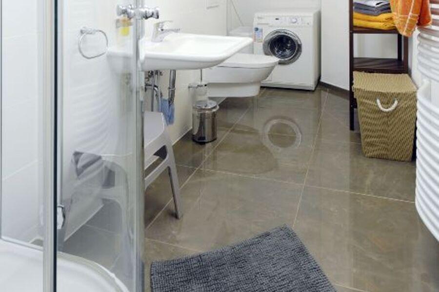 Bad mit Dusche und Waschmaschine