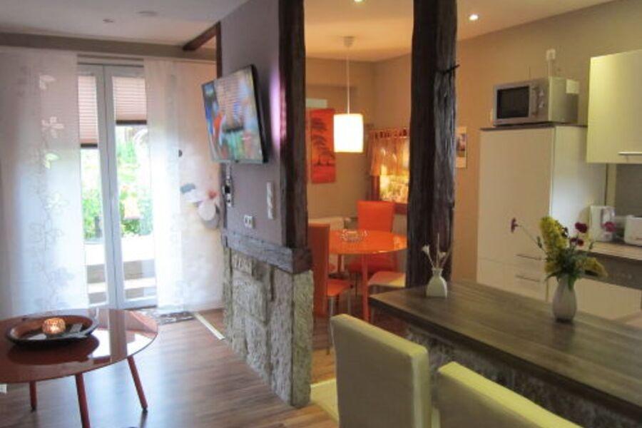offene Wohnküche mit Ambi-Light-TV