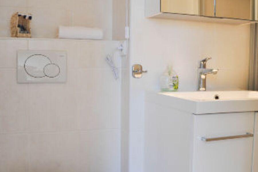 freundliches helles Badezimmer
