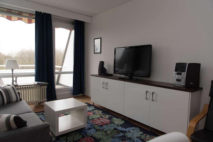 TV und Anlage mit Blick auf den Balkon