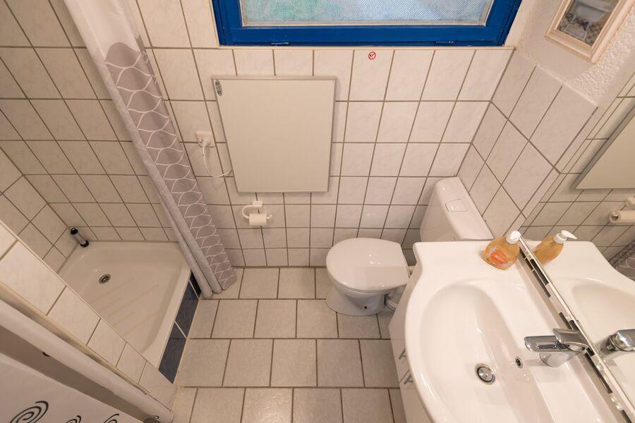 Bad mit großem beleuchteten Spiegel