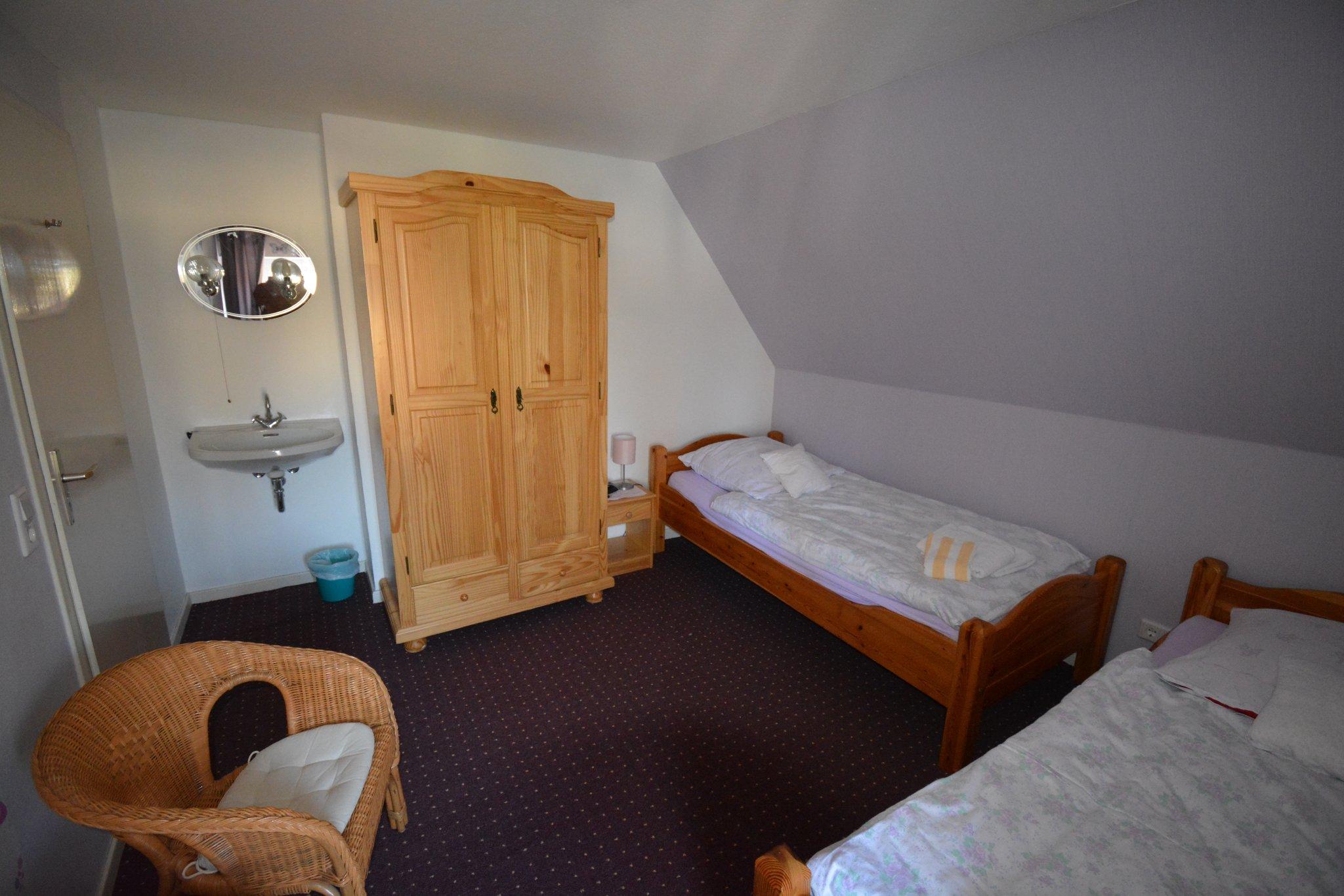 Zimmer mit bequemen breitem Bett