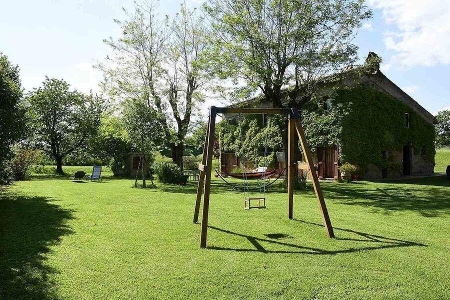 Das Haus und der Garten mit Schaukel