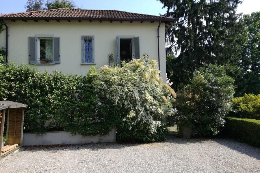 Blick vom Hof zum Gartenhaus