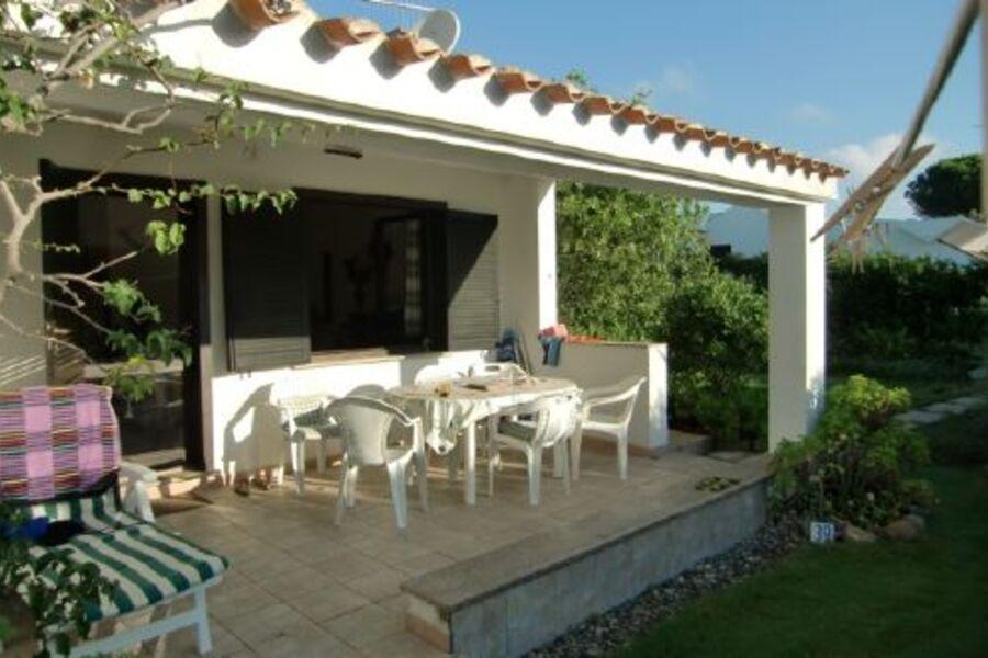 Vorderansicht des Hauses mit Terrasse