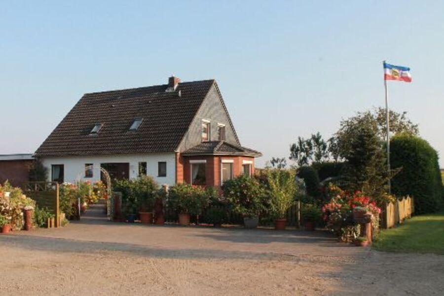 Das Haus von der Hofeinfahrt gesehen