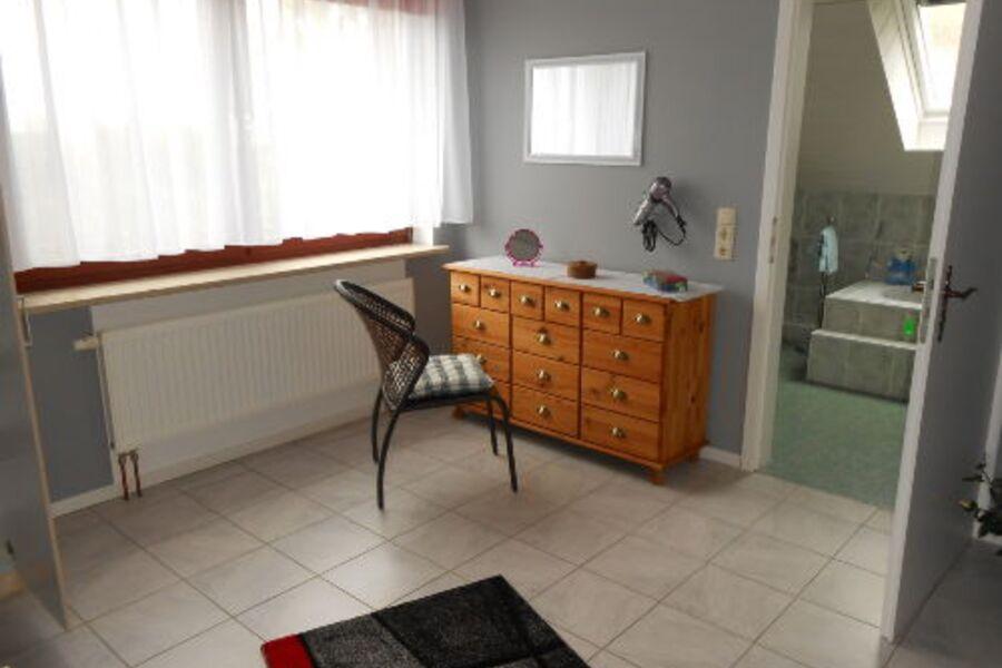 Schlafzimmer mit direkter Tür zum Bad