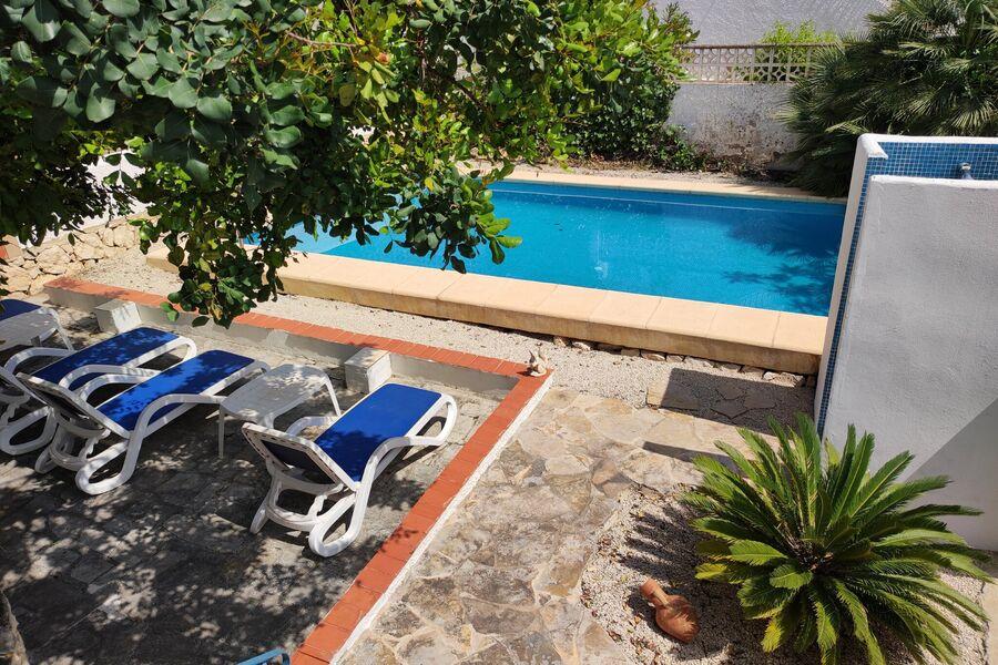 Natürlicher Schattenplatz am Pool