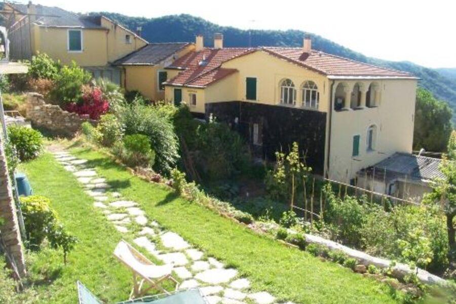 Terrasse mit Rundbögen und der Garten