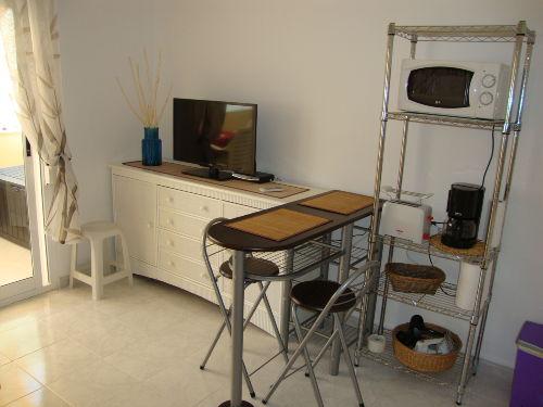 Wohnbereich mit Küchengeräten und TV
