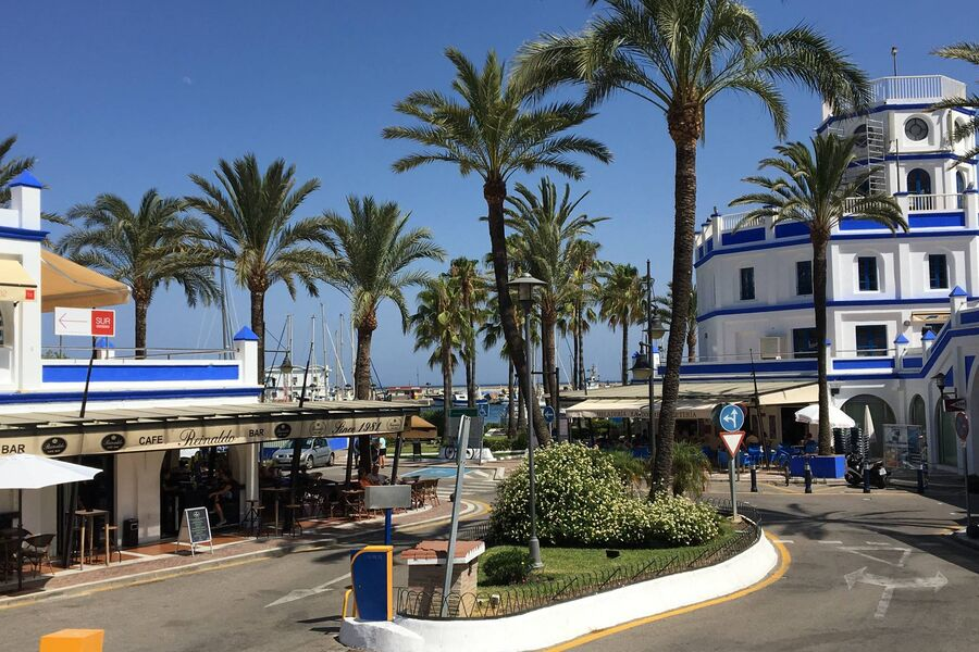 Hafen mit Bars und Restaurants