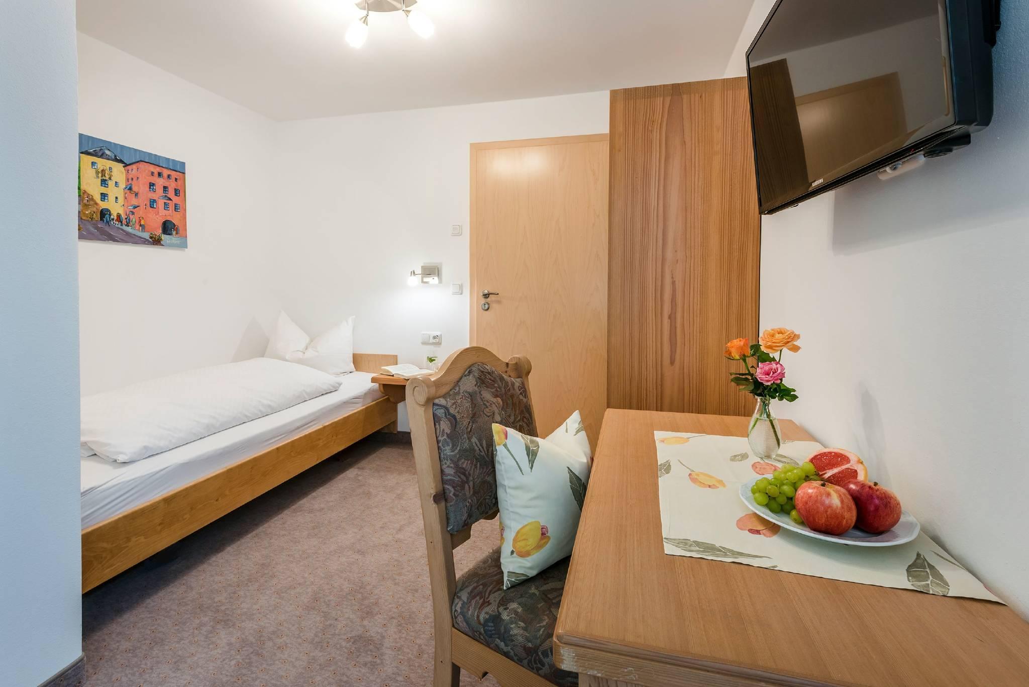 ferienwohnungen am see in waging am see bayern hubert stachl. Black Bedroom Furniture Sets. Home Design Ideas