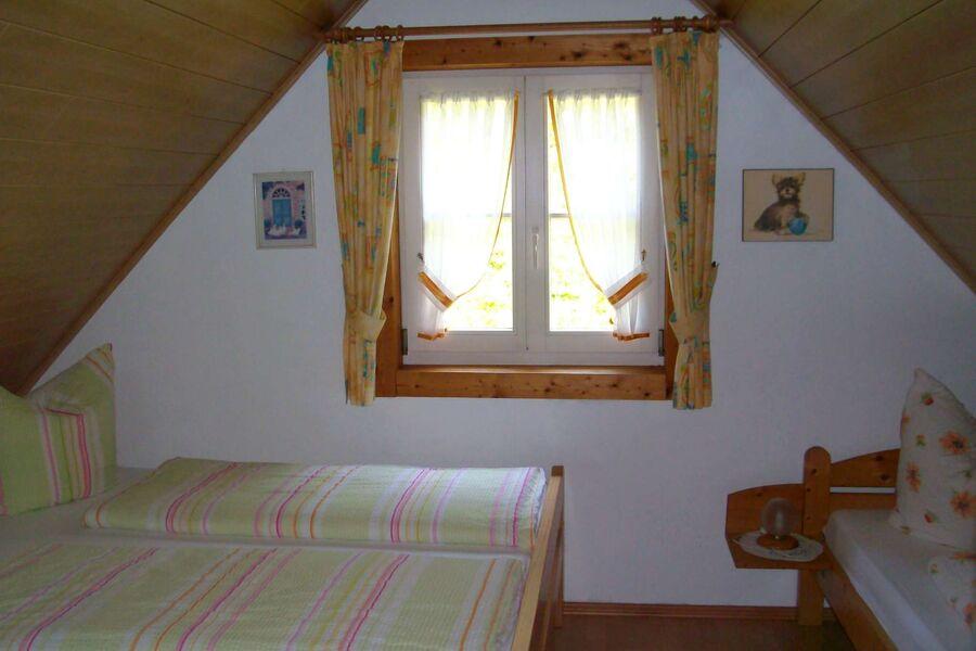 Schlafzimmer 2 (3 Betten) im DG