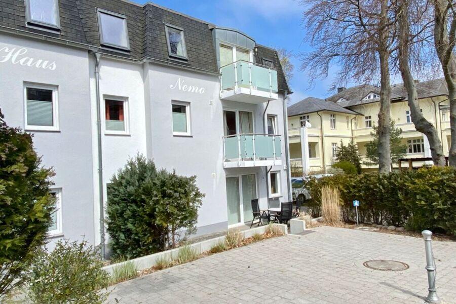 Rückseite mit Eingang und Balkon