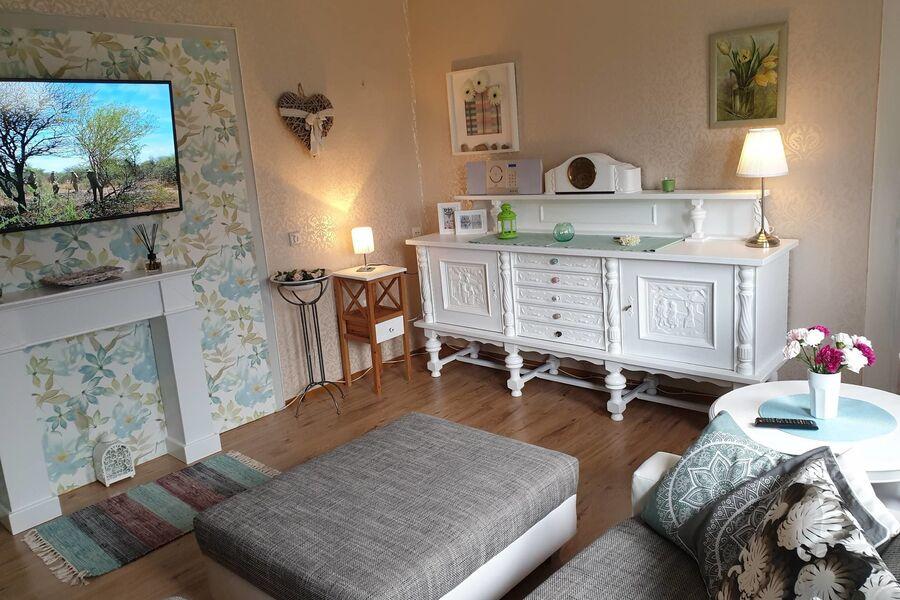 Gemütliches Wohnzimmer mit Flat-TV und S