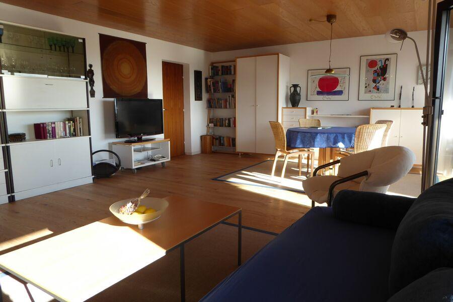 Wohnzimmer mit Essplatz und TV