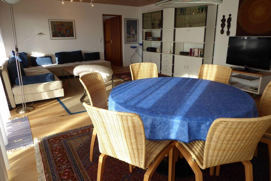 Gemütlicher Tisch im Wohnzimmer