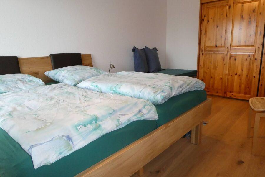 Schlafzimmer mit neuem Doppelbett