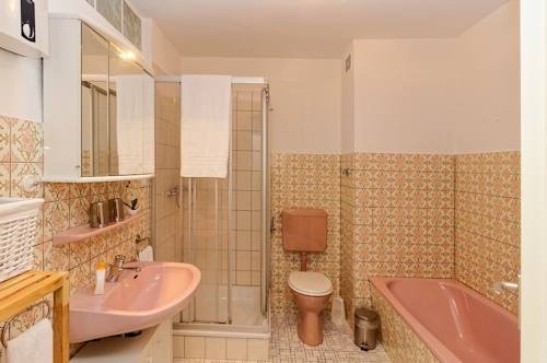 Badezimmer mit Dusche u. Wanne
