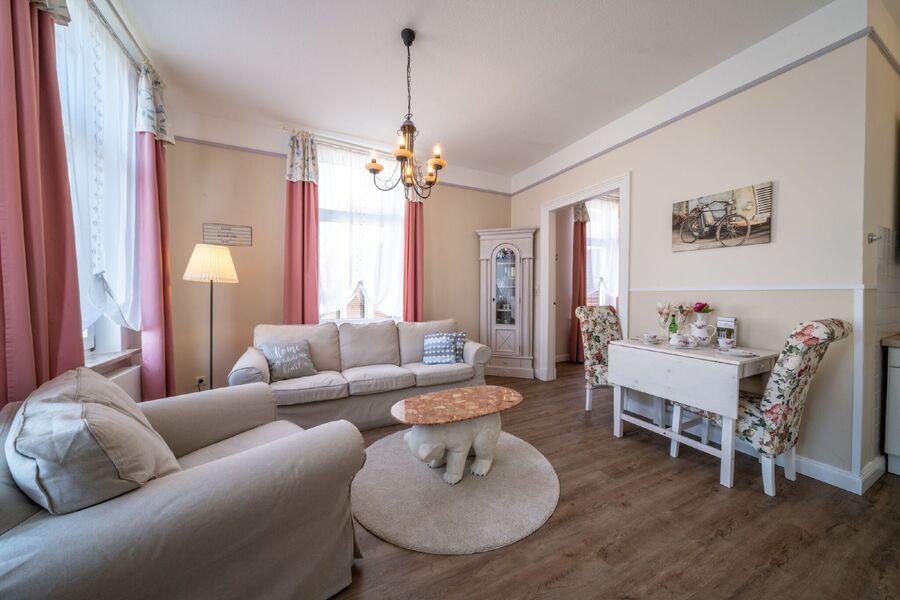 Wohnraum mit Blick ins Schlafzimmer