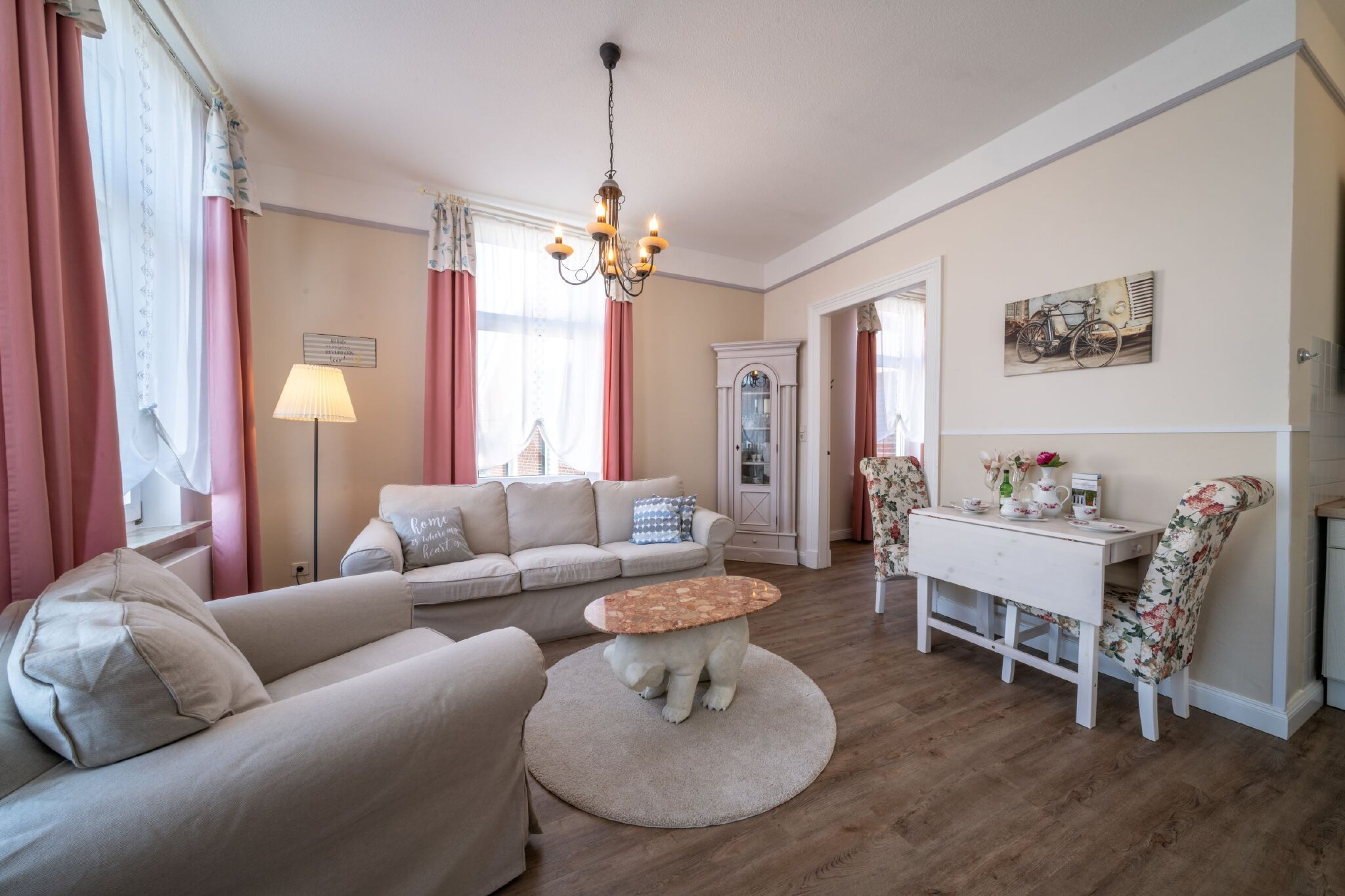Wohnküche mit Blick ins Zusatzzimmer