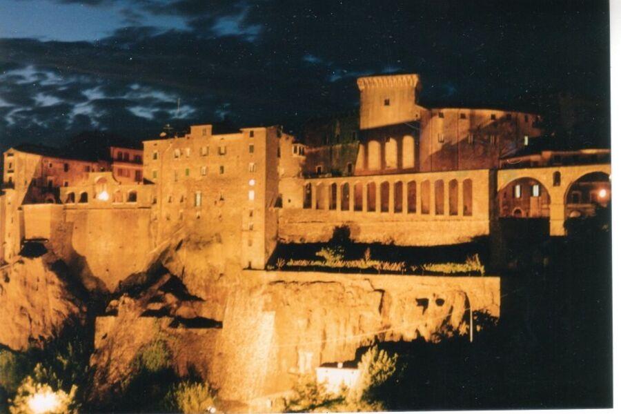 PITIGLIANO bei Nacht mit Orsinifestung