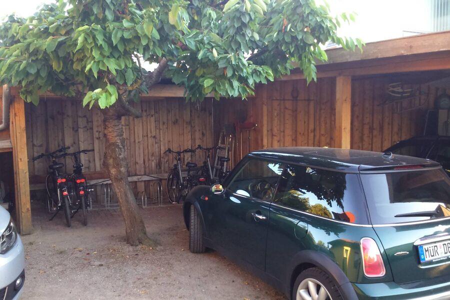PKW Stellplatz und Fahrradschuppen