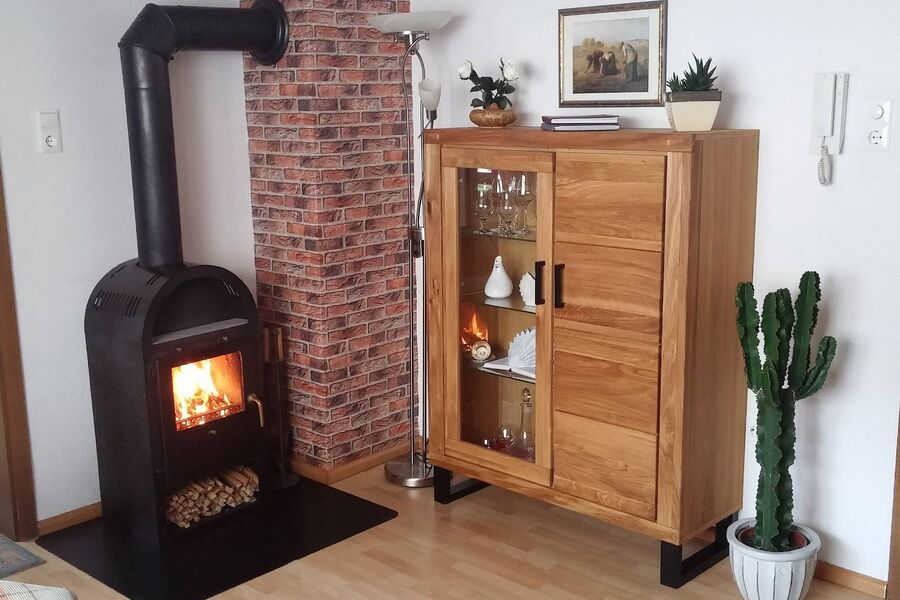 Das Wohnzimmer mit gemütlichem Kaminofen