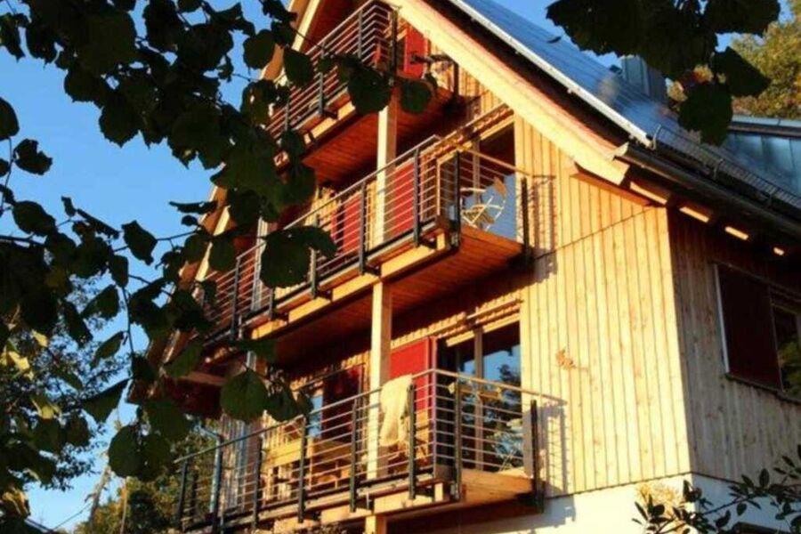 Die Ferienwohnung mit Balkon befindet sich im 1. S